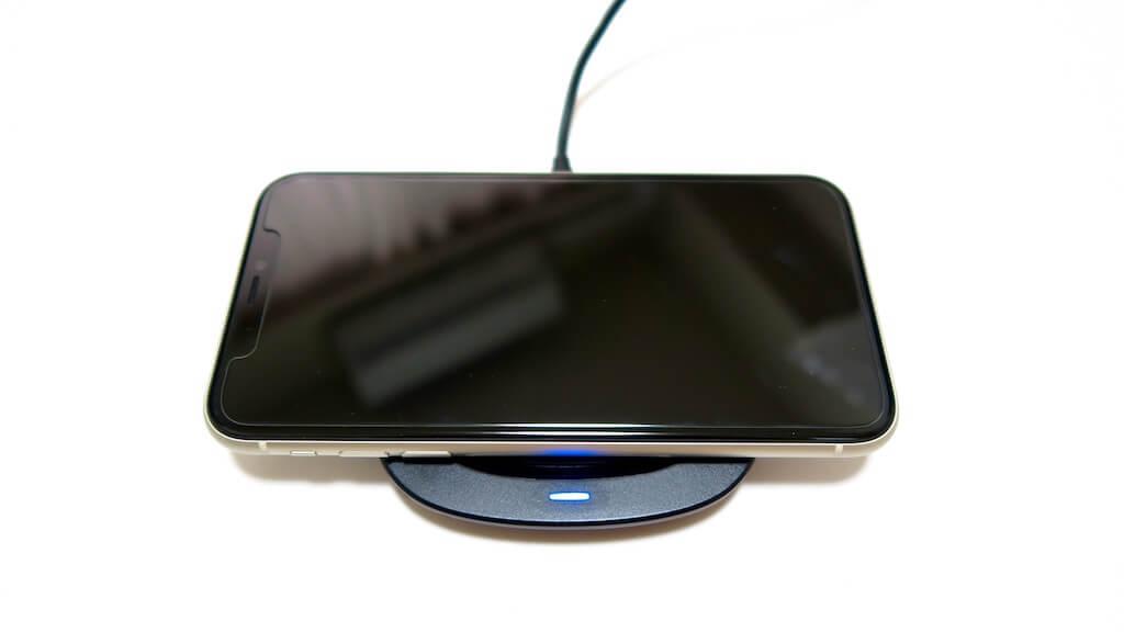 HIDISC ワイヤレス充電器 iPhone11充電中